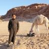Nogle mænd og drenge i Jordan går med en thoab. Det er en slags lang skjorte. Især beduiner bruger thoab. Det lette og løse stof beskytter kroppen mod den stærke sol og voldsomme varme i ørkenen. Foto: Line Agerlin Trolle