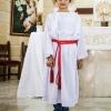 En alba er en slags lang, hvid kjole, som bindes med et bælte, der kaldes cingulum. En alba bruges af præstens hjælpere i den romersk-katolske kirke. Foto: William Vest-Lillesøe