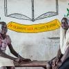 Adeng og Awein på Salam Girls Primary School. Skiltet siger: Hvis du uddanner en pige, uddanner du et land - foto: William Vest-Lillesøe