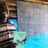 En lærer har skrevet dagens program på tavlen. Bogstaverne er fra det lokale sprog. Foto: Irene Frederikssson