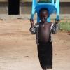 Pigen har haft sin egen stol med i skole. Foto: Oxfam IBIS
