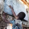 En pige peger på engelske ord på en skole i landsbyen Bajarial i det nordlige Sydsudan