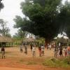 Skoler kan se meget forskellige ud. Her er lokalerne nogle små hytter i en rydning. Foto: Bent Jahns