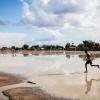 I byen Ganyliel i den nordlige del af landet bliver vejene oversvømmet i regntiden. Her er byens fly-landingsbane efter et regnskyl - foto: William Vest-Lillesøe