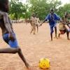 Men der er heldigvis også tid til at lege. Og fodbold er også populært i Sydsudan - foto: Hanne Selnæs