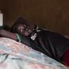 James ligger på sin seng i den lille hytte, som han deler med sine søskende - foto: William Vest-Lillesøe