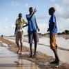James møder et par af sine venner på den oversvømmede landingsbane midt i byen - foto: William Vest-Lillesøe