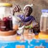 Adengs mor laver te i sin te-butik i Aweil. - foto: William Vest-Lillesøe