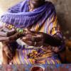 Man kan lave mange slags te. Her laver Adengs mor te med frisk mynthe. - foto: William Vest-Lillesøe