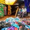 På markedet i Aweil kan man også få sko. Der sælges især klipklappere - foto: William Vest-Lillesøe