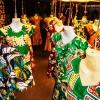 De traditionelle afrikanske kjoler fås i alle farver - foto: William Vest-Lillesøe