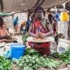 Ngor og Chans tante Rebecca sælger peanuts - foto: William Vest-Lillsøe