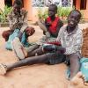Ngor og Chan sammen med andre skopudsere under det store træ ved et hotel i Aweil - foto: William Vest-Lillesøe