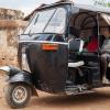 Ngor og Chan i en tuktuk, som er en slags knallert-taxa. De skal med ned på markedet for at møde deres tante Rebecca - foto: William Vest-Lillesøe