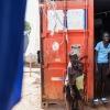 Simon, Samuel og Daily i døren til Samuels hjem, som er den røde container - foto: William Vest-Lillesøe