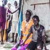 Simon sammen med sin mor Mary. Hendes arbejde er at være med til at fordele fødevarerne, når de ankommer til lejren - foto: William Vest-Lillesøe