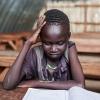Simon med et skolehæfte - han vil gerne uddanne sig til læge, når han bliver stor - foto: William Vest-Lillesøe