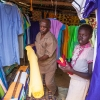 På markedet i Aweil kan man også købe stof. - foto: William Vest-Lillesøe
