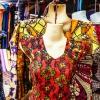 Der er mange flotte kjoler på markedet i Aweil. - foto: William Vest-Lillesøe