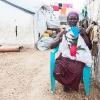 I en flygtningelejr ved Juba broderer denne kvinde smukke mønstre. - foto: William Vest-Lillesøe