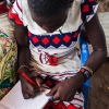 Tapitha er ved at skrive sit navn i vores notesbog - foto: William Vest-Lillesøe