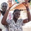 Tapitha og hendes veninder kan godt lide at spille volleyball - det skal den nye bold bruges til - foto: William Vest-Lillesøe
