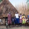 Tapitha sammen med sin familie og nogle af naboerne - foto: William Vest-Lillesøe