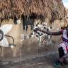 Tapitha har malet de forskellige billeder på huset - familien har tre små hytter, som de bor i - foto: William Vest-Lillesøe