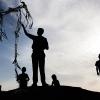 Nidal og brødrene kan flyve med drage i timevis - lige til solnedgang, hvis de får lov af deres mor. Foto: William Vest-Lillesøe