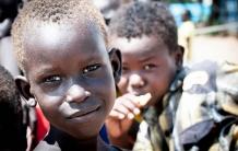 Her på børnenes værested i POC2-lejren var der denne morgen kamp om at komme forrest i rækken for at blive fotograferet. Børnene hvirvlede støvet op og stillede sig an med søde smil og fagter. På sin vis gode tegn på livskraft.